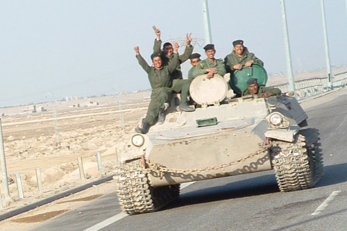 Iraqi_military_men_riding_on_tank