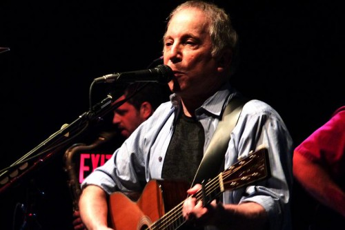 800px-Paul_Simon_at_the_9-30_Club_(m)