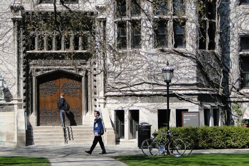 1024px-Central_Campus_Scene_-_University_of_Chicago_-_Illinois_-_USA_-_04