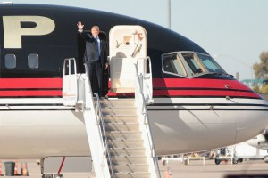 Trump_at_plane_door_2015Dec16