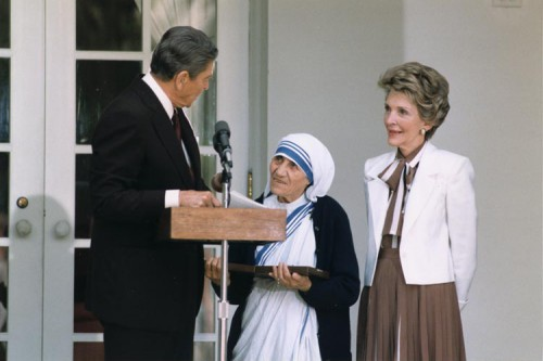 President_Reagan_presents_Mother_Teresa_with_the_Medal_of_Freedom_1985