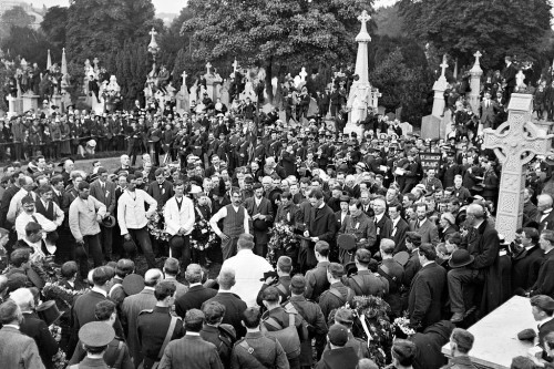 Funeral_of_O'Donovan_Rossa,_graveside_in_Glasnevin_Cemetery,_St-1._James's_band,_crowds_(26203288753)