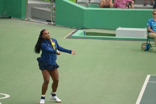 Serena_Williams_-_aquecendo_para_o_seu_primeiro_jogo_das_olimpíadas_(_simples_feminino_)