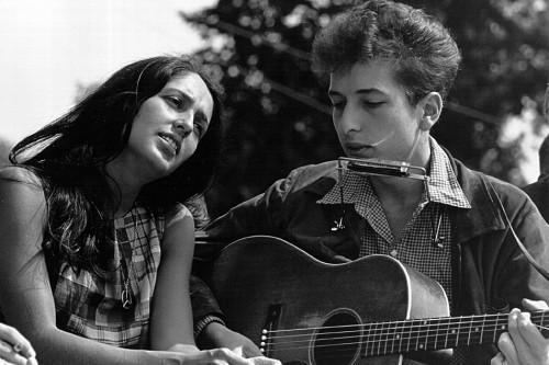 WASHINGTON D.C. - AUGUST 28: Folk singers Joan Baez and Bob Dylan perform during a civil rights rally on August 28, 1963 in Washington D.C. (Photo by National Archive/Newsmakers)